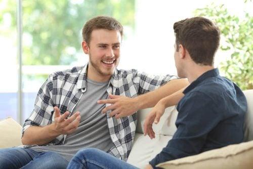To mænd der sidder ned og snakker