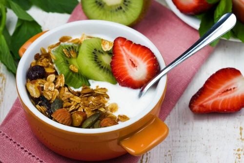 Smoothie lavet af yoghurt, frugt og grøntsager