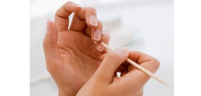 Person der ordner negle - skoenhedsfordele ved kokosolie