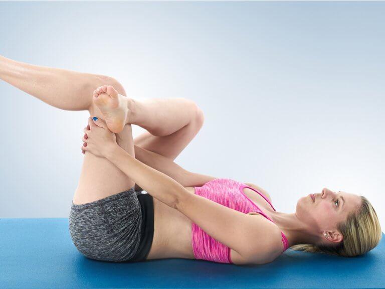 Kvinde der laver yoga oevelse - styrke din laend