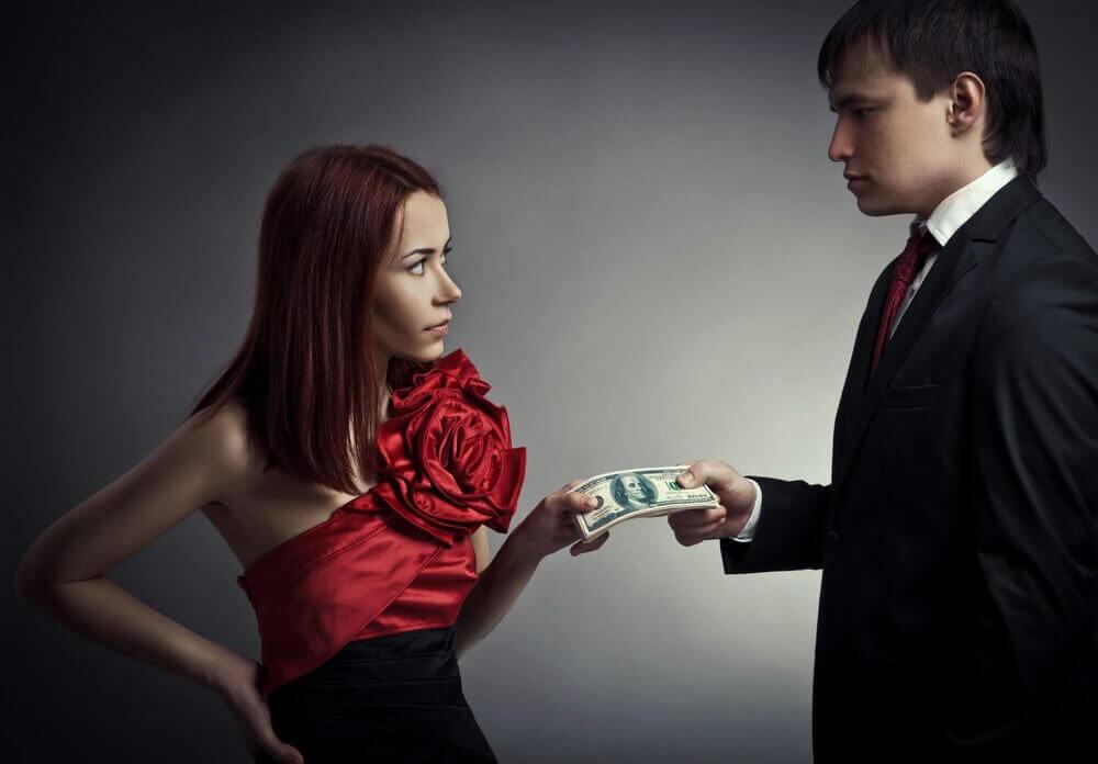Kvinde giver mand penge