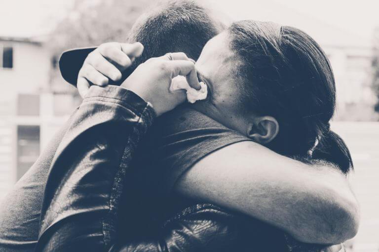 Kvinde krammer sin kæretse og græder