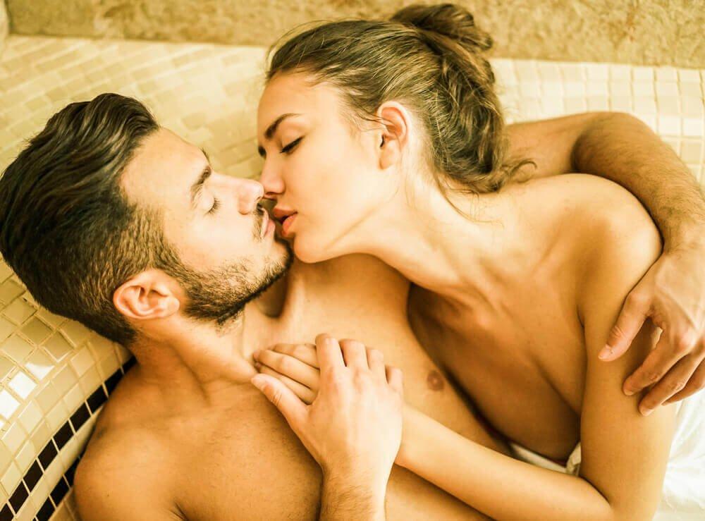 Kvinde og mand kysser