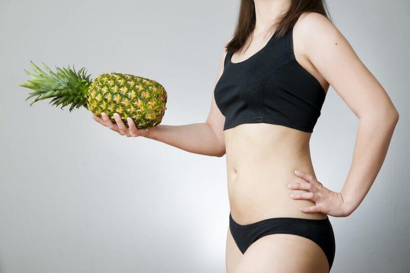 Kvinde med ananas