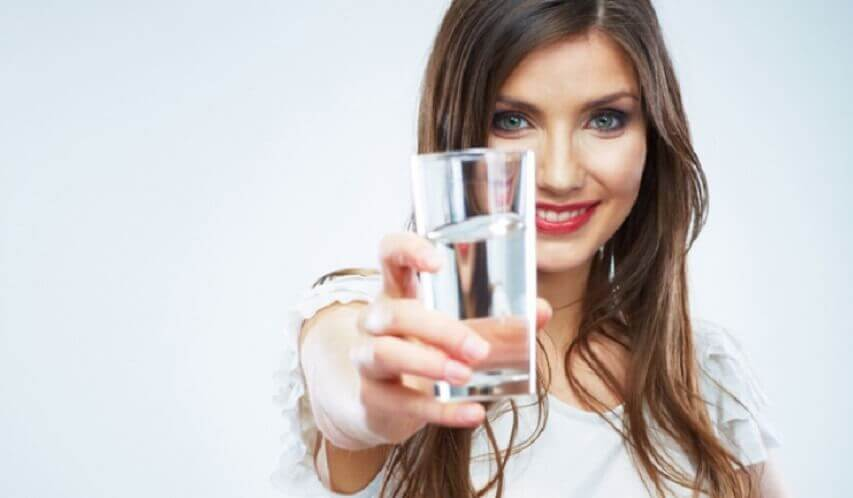 Kvinde med et glas vand - juice til tarmene
