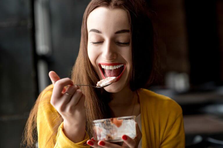 Kvinde spiser dessert