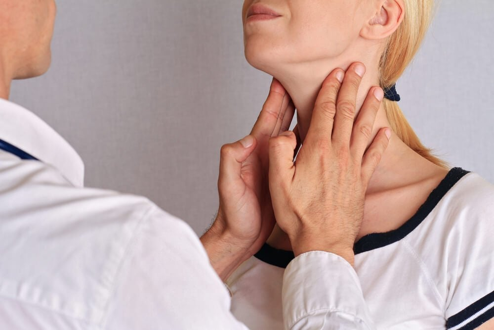 Kvinde bliver trykket paa halsen