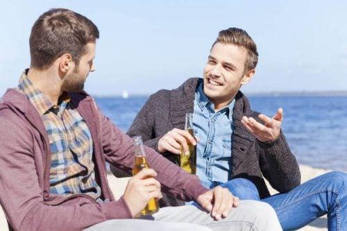 To mænd snakker ved vandet over en øl