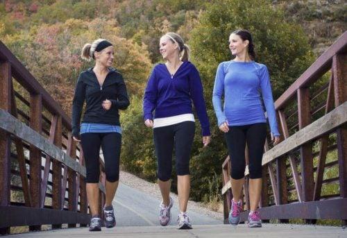 3 kvinder der snakker mens de går en tur
