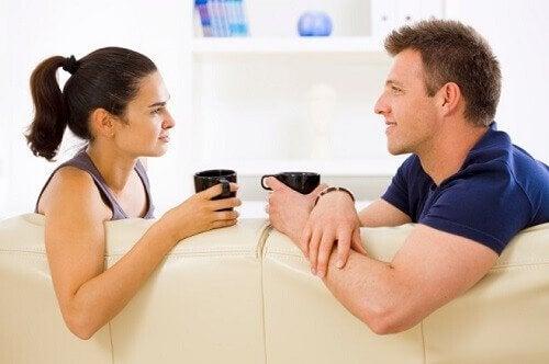 Par der drikker kaffe sammen