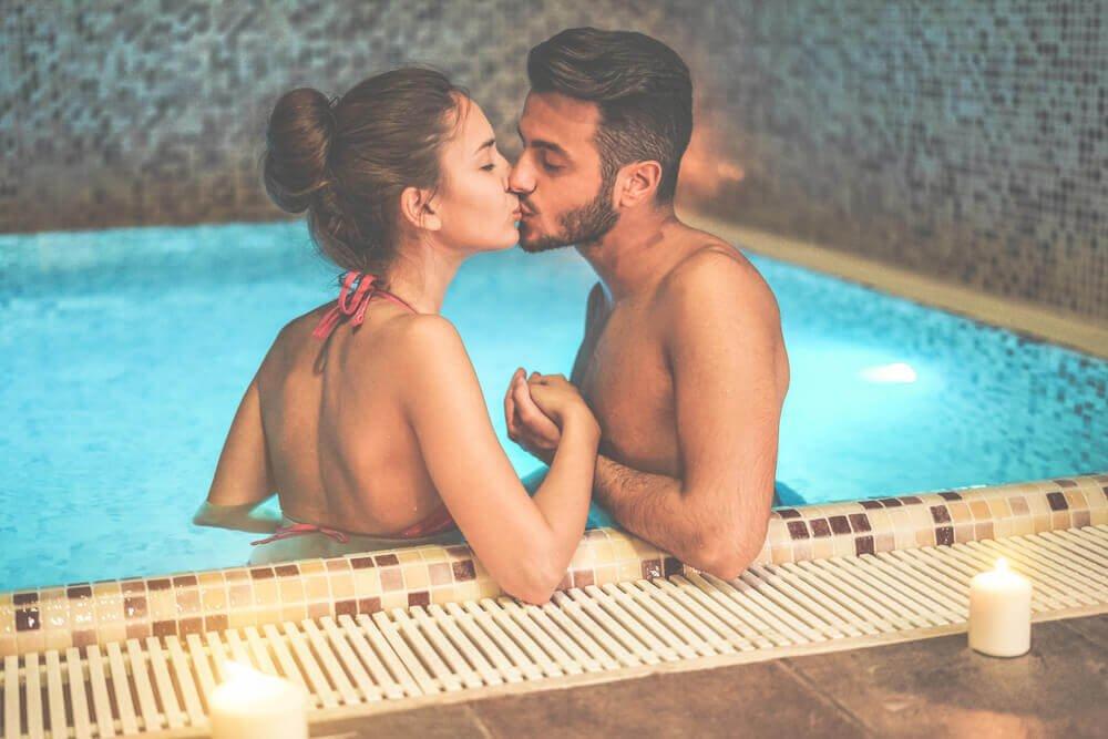 Par kysser i pool