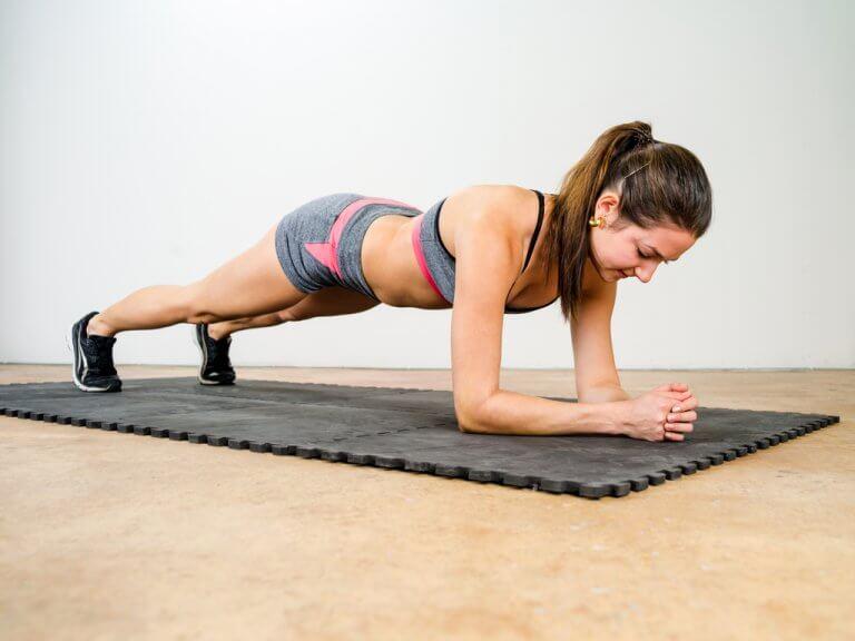Kvinde der laver planken