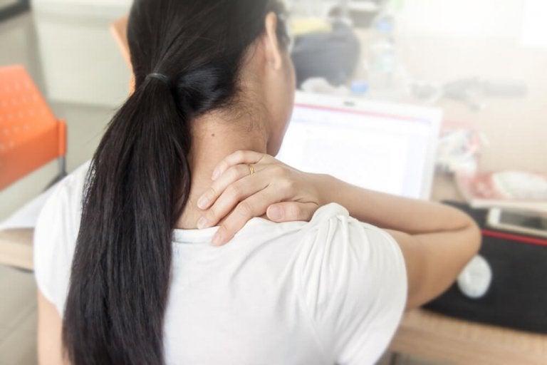 Kvinde med nakkesmerter - ondt i ryggen