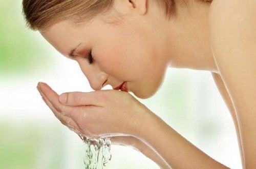 Vasker ansigtet