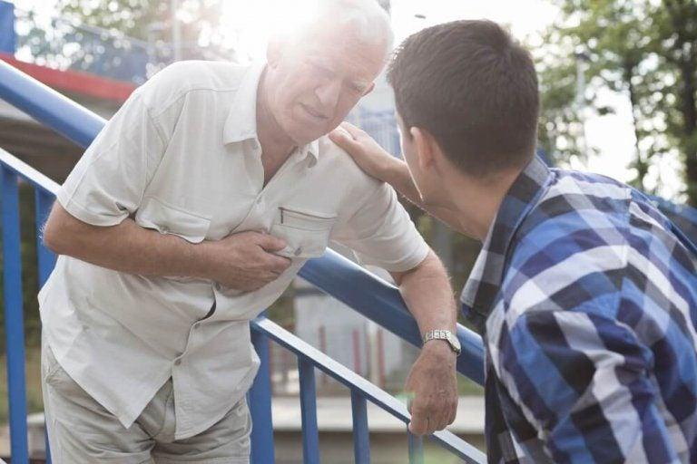 Førstehjælp: Sådan skal du reagere på et hjerteanfald