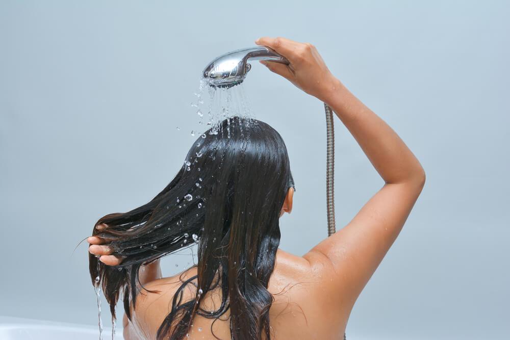 Kvinde der vasker sit haar