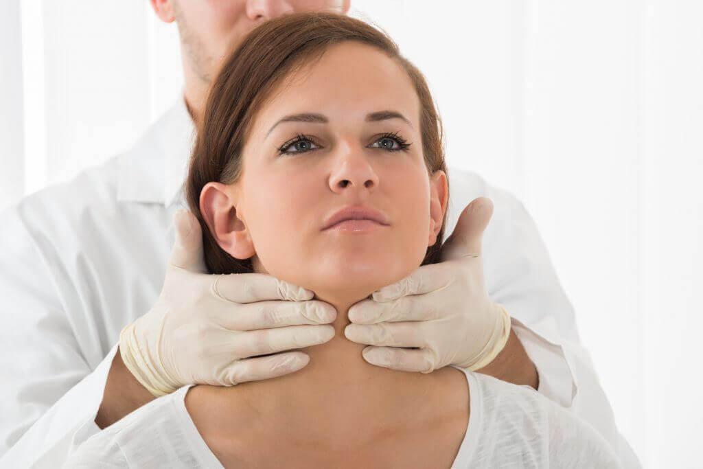 Laege foeler på kvindes hals