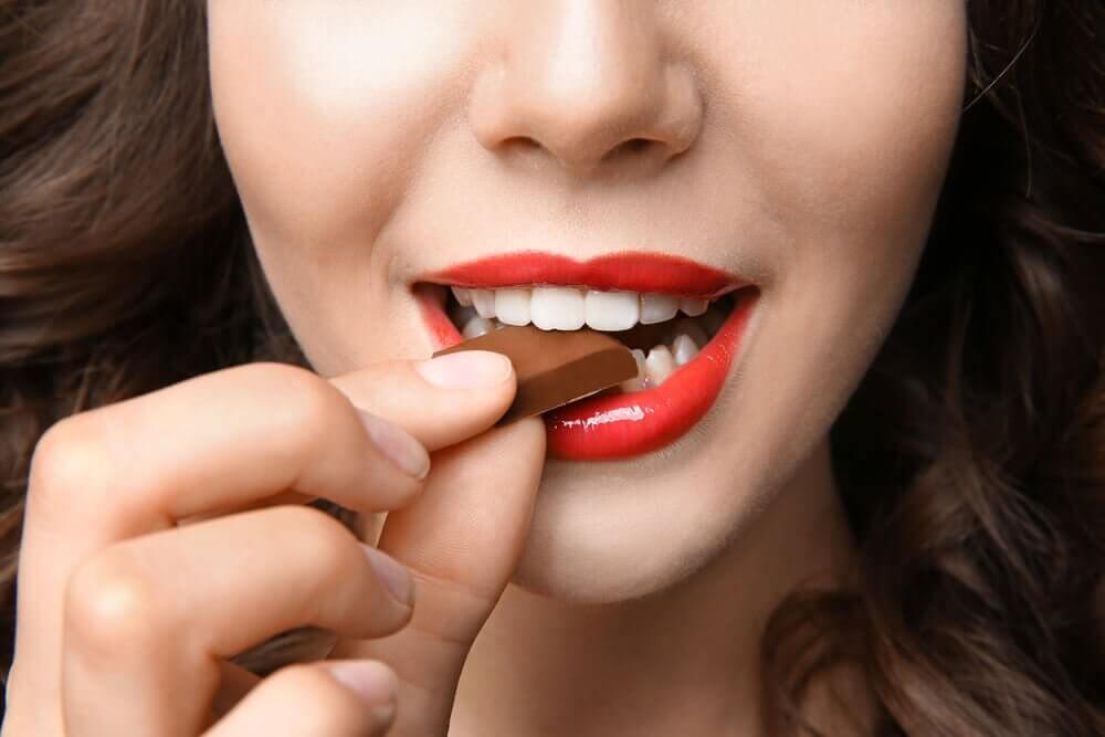 Kvinde spiser chokolade