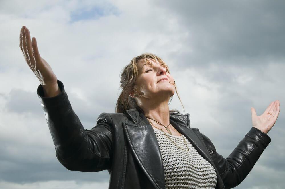 Kvinde holder armene ud