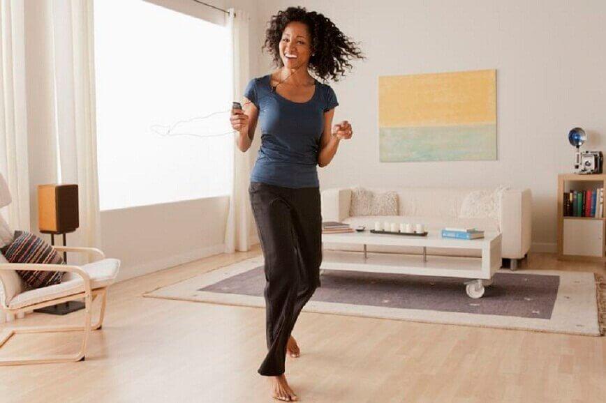 Kvinde der danser i stuen - skub i stofskiftet