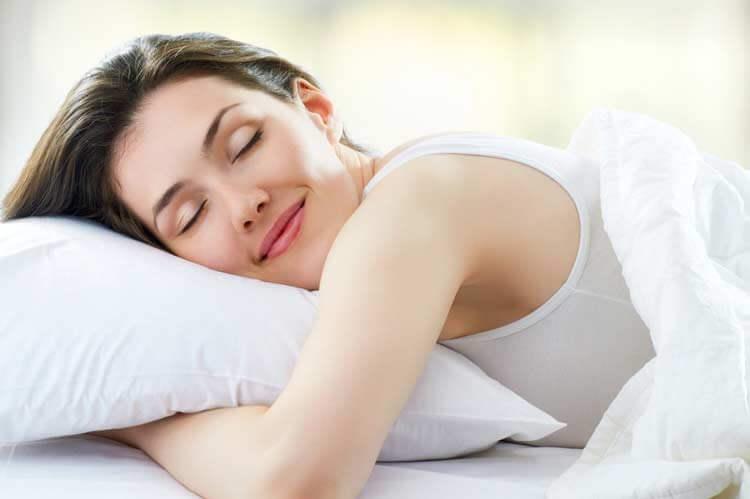 Kvinde sover på hovedpude.