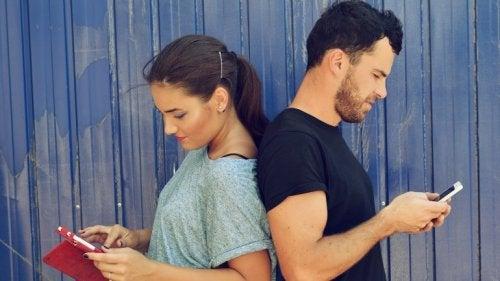 Par der ser paa hver deres telefon