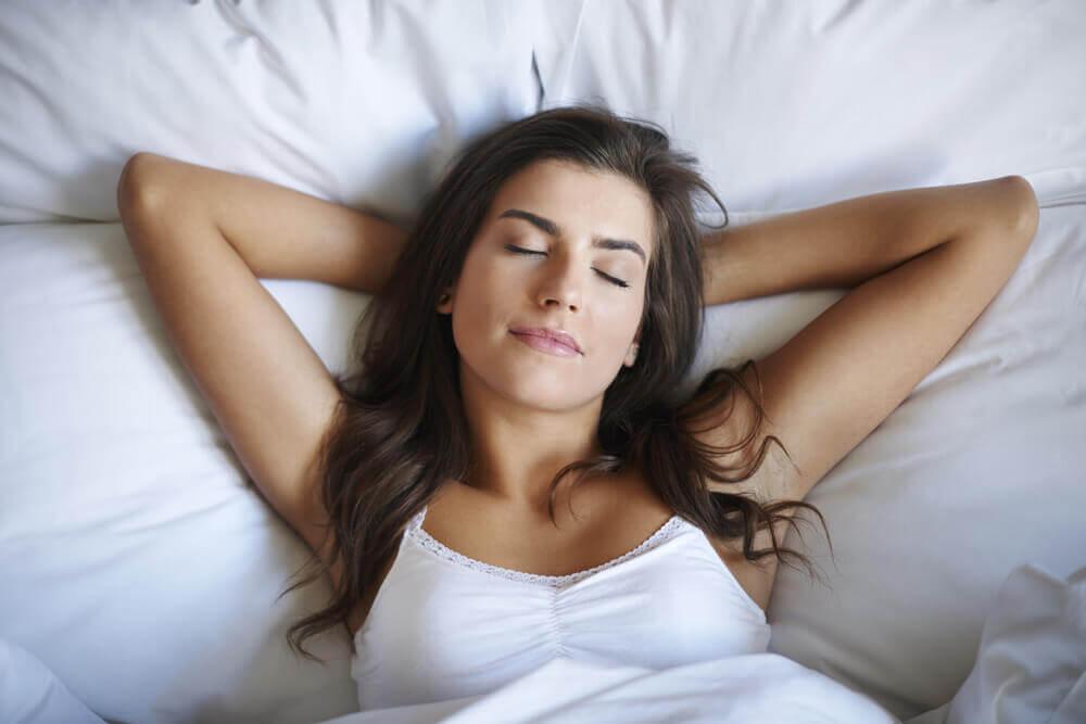 Kvinde der ligger i sengen