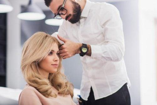En kvinde gaar til frisoeren for at se yngre ud billigt