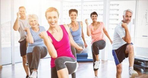 En gruppe mennesker dyrker motion for at se yngre ud