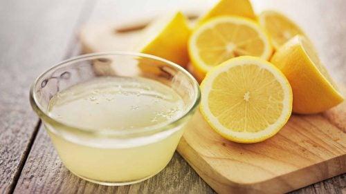Citroner er blevet presset til citron juice for at behandle hypertension