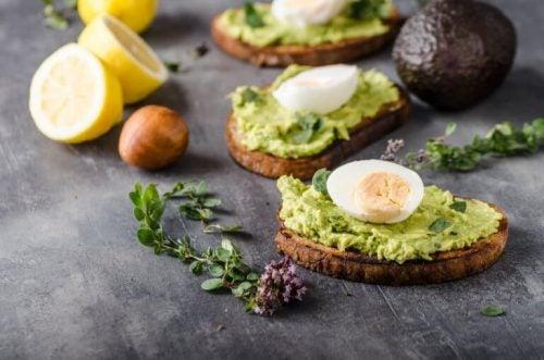 Avocado toast er en af de lækre madvarer du bør bruge i din kost