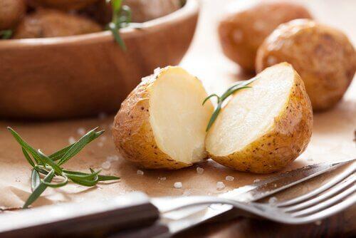 Bagte kartofler er en af de mange lækre madvarer du bør bruge i din kost