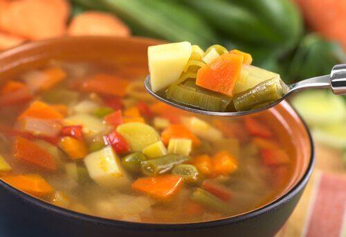En person har lavet en sund grøntsagssuppe