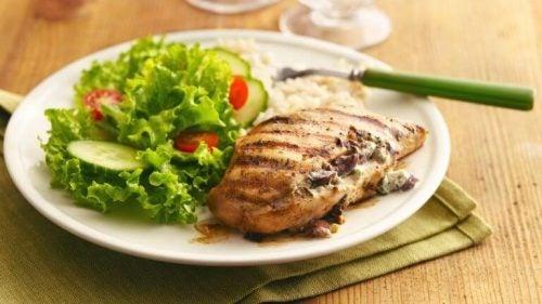 Er person har tilberedt et sundt grillet kyllingebryst
