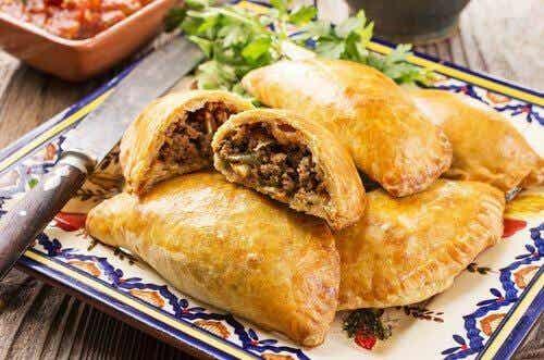 Hjemmelavet kylling eller oksekøds empanada