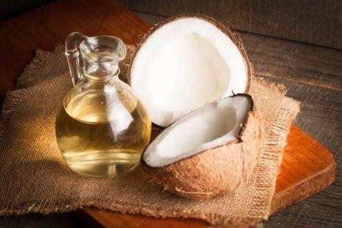 Flaekket kokusnoed og kande med olie - midler mod oejenbetaendelse