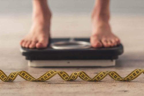 Person står på en badevægt. Vil du tabe 4 kg på 10 dage?