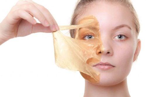 Kvinde der tager en maske af