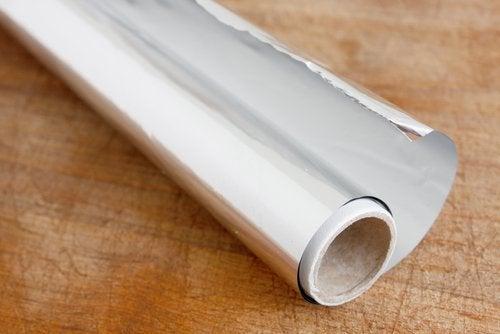 Det gøres klar til at bruge en af de mange anvendelser af aluminiumsfolie