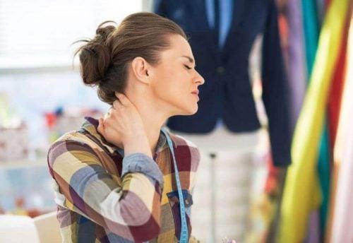 En kvinde har ondt i nakken og burde bruge aluminiumsfolie
