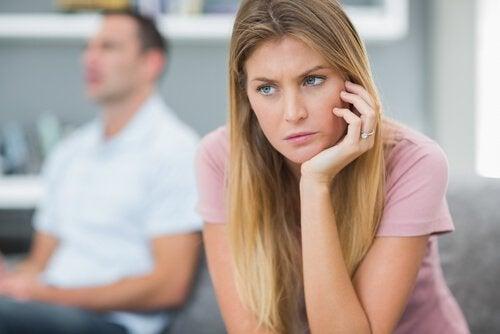 Kvinde der ser spekulerende ud - foelelsesmaessigt umodne folk