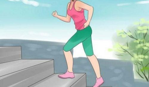 Kvinde der gaar paa trapper