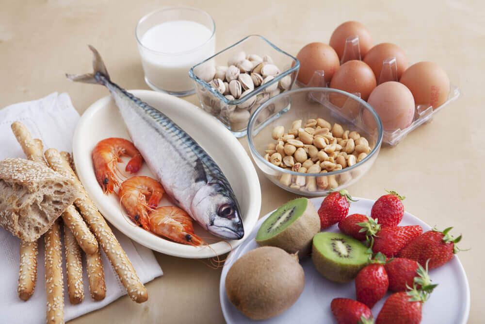 Et bord med aeg, fisk, groentsager og korn