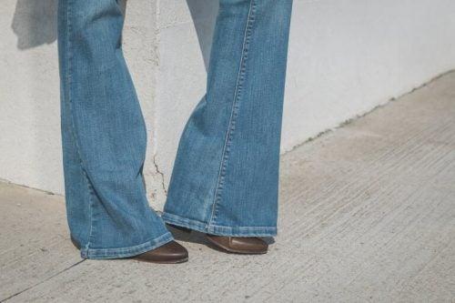 Flare jeans er bredde i enden