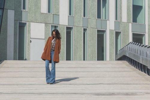 En kvinde ved at flare jeans er på vej tilbage