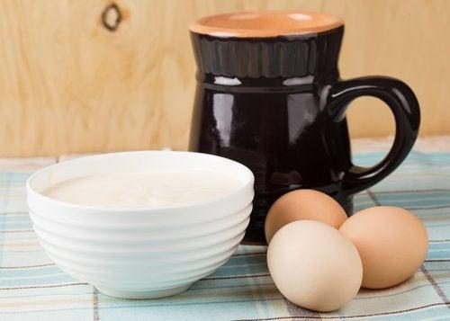 Aeg skaall med youghurt og en kande - behandling af halsbrand