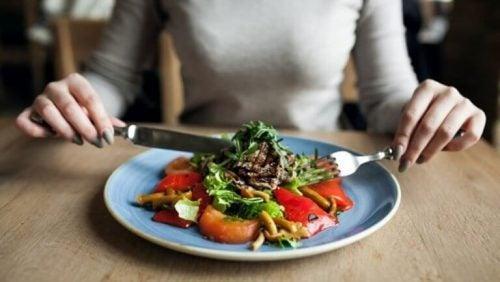 Kvinde der spiser sund kost - reducere dit mavefedt