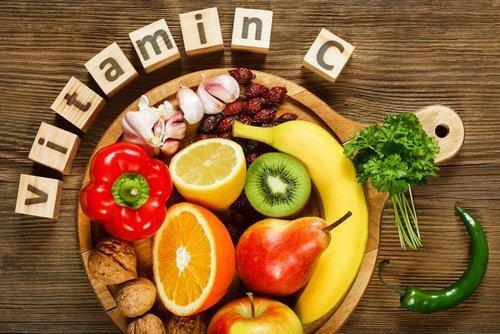 Frugt og groent der er rig paa C-vitamin - naturligt at bekaempe roede oejne