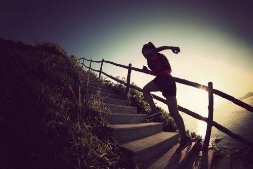 Kvinde der loeber op af trapper - tone dine ben
