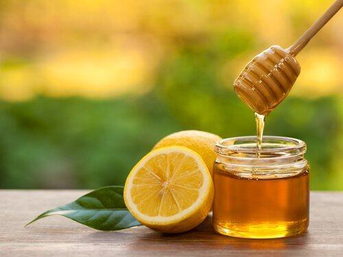 Glas med honning og en overskaaret citron